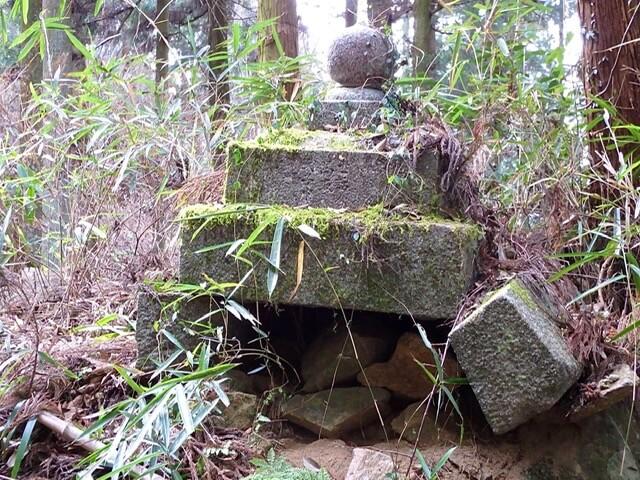 大和高取城の石灯籠の残骸(本荘良智)