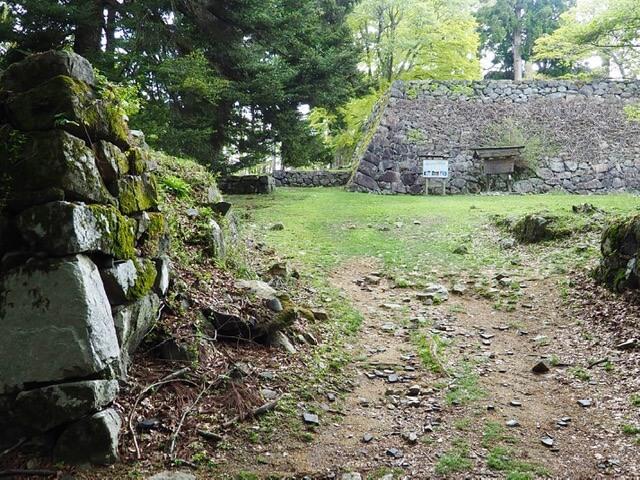高取城、奥に太鼓櫓台と左側に食い違いの低い石垣(本荘良智)